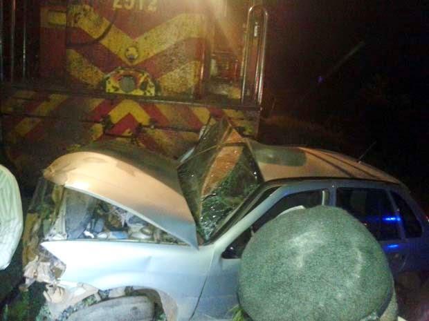 Carro foi atingido por trem em acidente na Bahia (Foto: Polícia Militar)