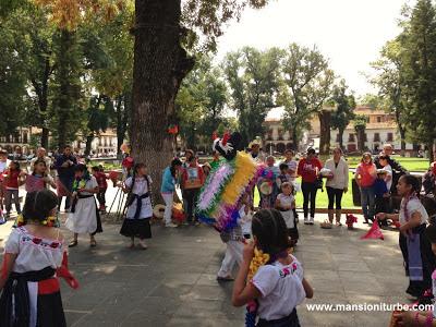 En Pátzcuaro danzas tradicionales en la Plaza Vasco de Quiroga