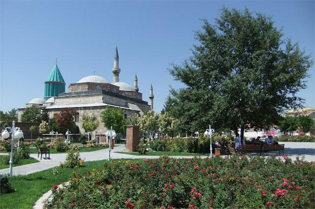 Salimos del Museo de Mevlâna, con su famosa cúpula de azulejos verdes.