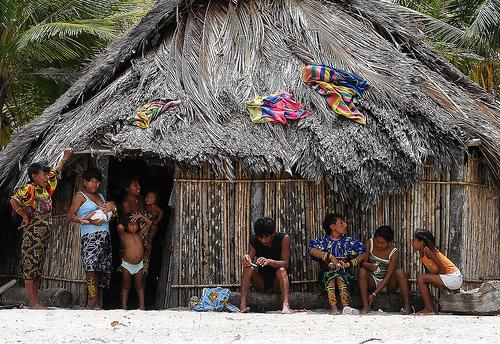 casa de palha com nativos