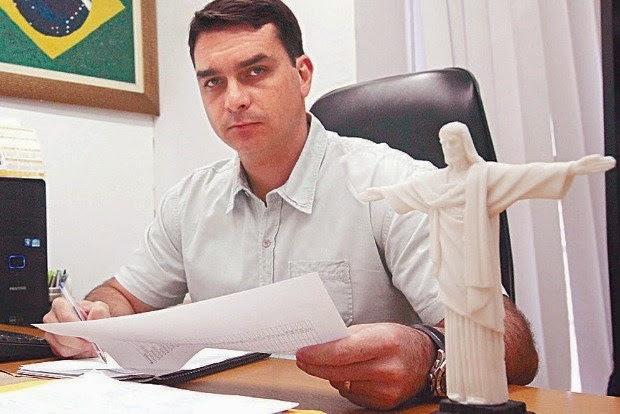 Deputado estadual Flávio Bolsonaro quer armar a Guarda Municipal do Rio de Janeiro e cortar as verbas da Parada Gay