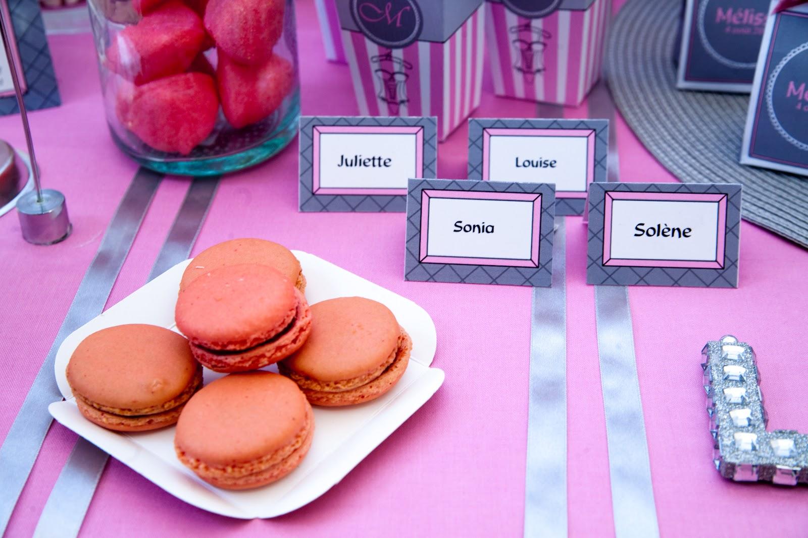 nappe et ruban avec macarons framboise et étiquette marque-place
