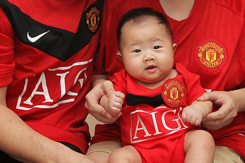 Foto bayi lucu menggemaskan pakai kostum seragam sepak bola manchester united