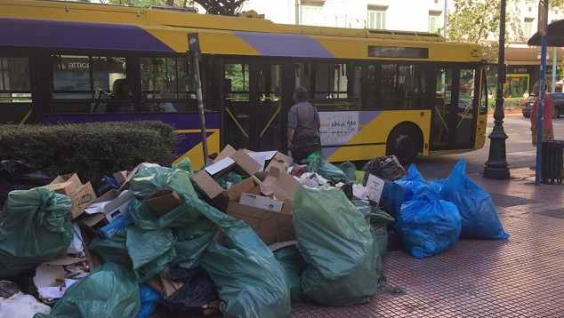 BBC: Λόφοι σκουπιδιών στην Αθήνα, δυσωδία στους δρόμους -Οι πεζοί κρατούν τις μύτες τους