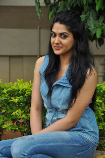 Sakshi Choudary gorgeous pics in trendy jeans