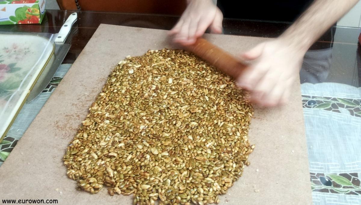 Preparando masa de pipas para hacer gangjeong