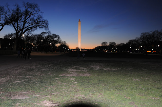 picture of the Washington monument at night