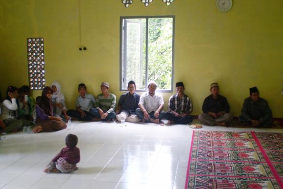 Tokoh Masyarakat Desa Sayar dan Pimpinan Ponpes Mathla'ul Huda di acara santunan Dompet Yatim