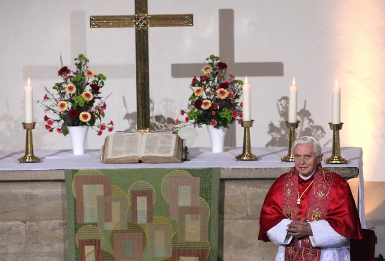 Benedykt XVi oddaje hold Marcinowi Luthrowi