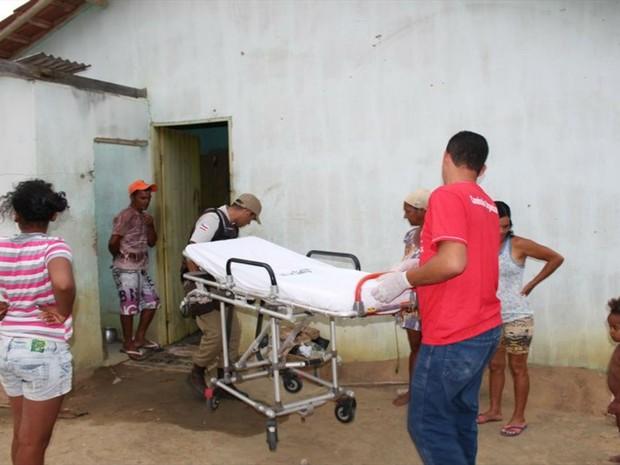 Idoso foi levado de ambulância até o Hospital Medeiros Neto, onde recebeu atendimento (Foto: Divulgação / PM)