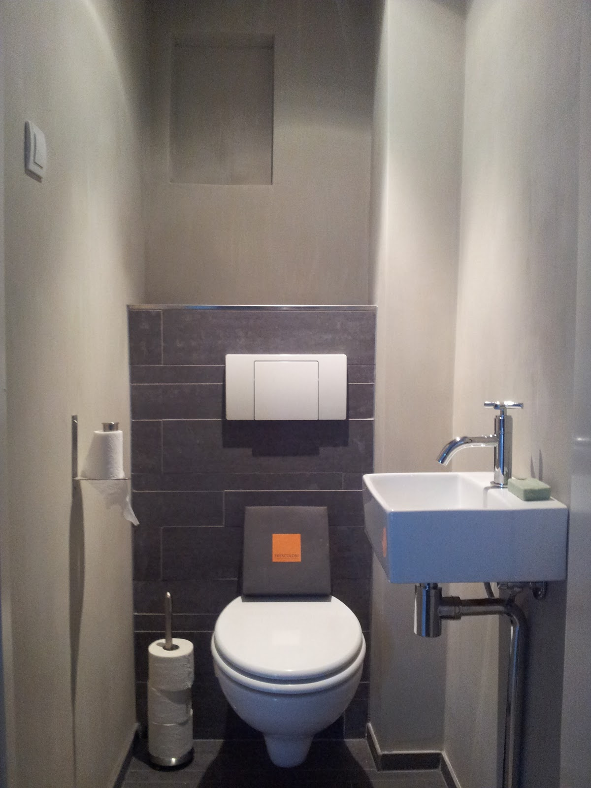 Betonlook: Frescoloriu00ae Kalkverf Toilet + Porcelano tegels