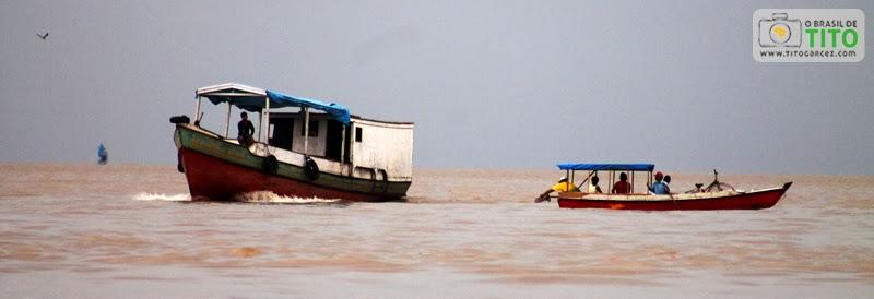 Barcos navegam pela baía do Guajará, em Belém - Pará