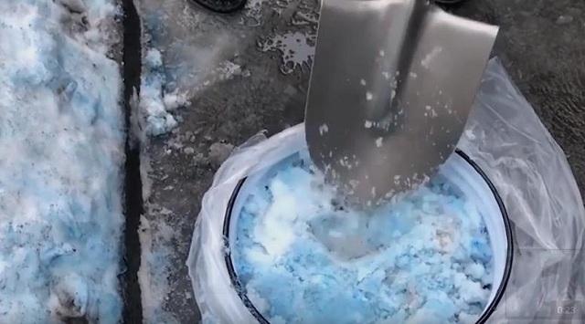 Μπλε χιόνι έριξε στην Αγία Πετρούπολη -Πανικός στους κατοίκους (video)