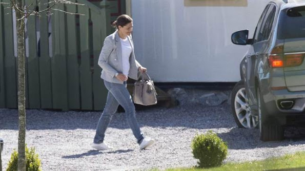 ofia Hellqvist had her bachelorette party. Her friends and Sofia arrived at 2 pm at an exclusive banquet and conference center close to Lake Mälaren in Stockholm. Among the guests were Crown Princess Victoria of Sweden, Lina Hellqvist (her sister), Sara Hellqvist (her sister) and William Värnild. Princess Madeleine