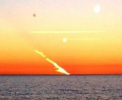 misterioso rayo de fuego en el mar en australia