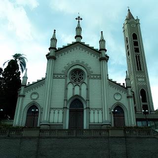 Catedral Diocesana de Caxias do Sul. Fachada do templo, com o campanário, concluído em 2007, à direita.