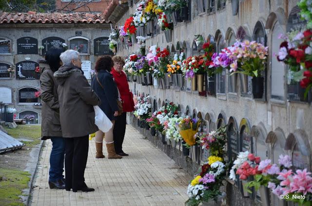Personas ponen flores en uno de los patios del cementerio San Miguel de Béjar