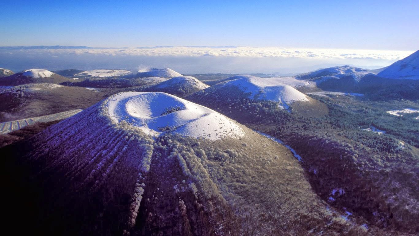 Auvergne Volcano Park, France (© Hemis/Alamy) 389