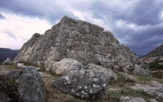 Θα τρελαθούμε τελείως! Απαγόρευσαν με νόμο την χρονολόγηση των Ελληνικών Πυραμίδων!!! (Βίντεο)