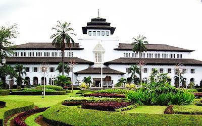 "Asal-Usul Nama ""Bandung""        KATA ""Bandung"" berasal dari kata bendung atau bendungan karena terbendungnya sungai Citarum oleh lava Gunung Tangkuban Perahu yang kemudian membentuk telaga.  Menurut mitos, nama ""Bandung"" diambil dari sebuah kendaraan air yang terdiri dari dua perahu yang diikat berdampingan yang disebut perahu bandung yang digunakan oleh Bupati Bandung, R.A. Wiranatakusumah II, untuk  melayari Ci Tarum (Sunda: Ci = Cai = Air = Sungai) dalam mencari tempat kedudukan kabupaten yang baru untuk menggantikan ibukota yang lama di Dayeuhkolot. Kota Bandung merupakan kota metropolitan terbesar di wilayah Jawa Barat yang menjadi ibu kota Provinsi Jawa Barat. Kota Bandung juga merupakan kota terbesar ketiga di Indonesia setelah Jakarta dan Surabaya.  Julukan Kota Kembang  Istilah kota kembang berasal dari peristiwa yang terjadi tahun 1896 saat Bestuur van de Vereninging van Suikerplanters (Pengurus Besar Perkumpulan Pengusaha Perkebunan Gula) yang berkedudukan di Surabaya memilih Bandung sebagai tempat penyelenggaraan kongresnya yang pertama.Sebagai panitia kongres, Tuan Jacobmendapat masukan dari Meneer Schenk agar menyediakan 'kembang-kembang' berupa ""noni cantik"" Indo-Belanda dari wilayah perkebunanPasirmalang untuk menghibur para pengusaha gula tersebut.Setelah kongres, para tamu menyatakan sangat puas. Kongres dikatakan sukses besar. Dari mulut peserta kongres itu kemudian keluar istilah dalam bahasa Belanda De Bloem der Indische Bergsteden atau 'bunganya' kota pegunungan di Hindia Belanda. Dari situ muncul julukan kota Bandung sebagai kota kembang.  Julukan Parijs van Java   Dalam buku Otobiografi Entin Supriatin, Deritapun Dapat Ditaklukan. Mitra Media Pustaka. Bandung (2006) disebutkan,  Bandung dikenal dengan sebutan Parijs Van Java atau Paris-nya Pulau Jawa. Mungkin mengira istilah itu muncul dari keindahan kota Bandung sama dengan keindahan kota Paris. Padahal bukan itu. Sebenarnya, istilah Parijs van Java muncul karena pada waktu itu di Jalan Brag"