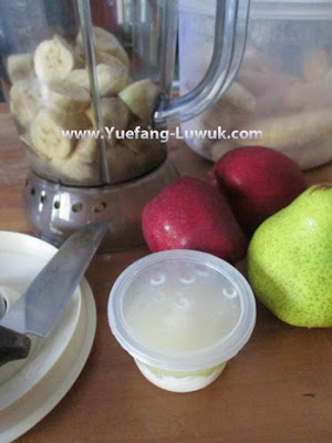Mixing_lime_juice_with_smoothie
