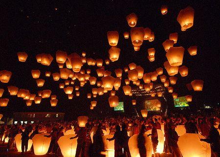Thả lồng đèn ở Lễ hội Trung thu tại Việt Nam, hiện nay hoạt động nầy đã không còn được thực hiện do lệnh cấm của chánh phủ nước nầy. Hình ảnh : OhMyAsian! trên Tumblr.
