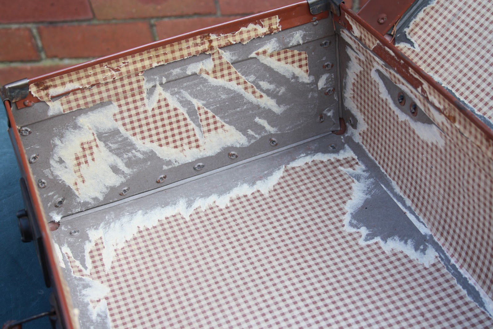 Tales from a happy house.: Renovating a Vintage Suitcase