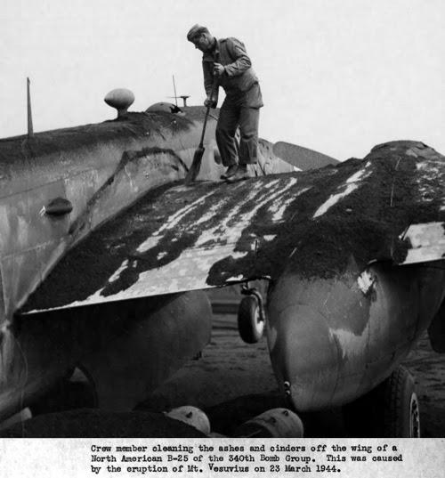 Soldado limpiando las cenizas de un avión