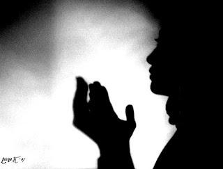 Ilustrasi orang yang sedang berdoa