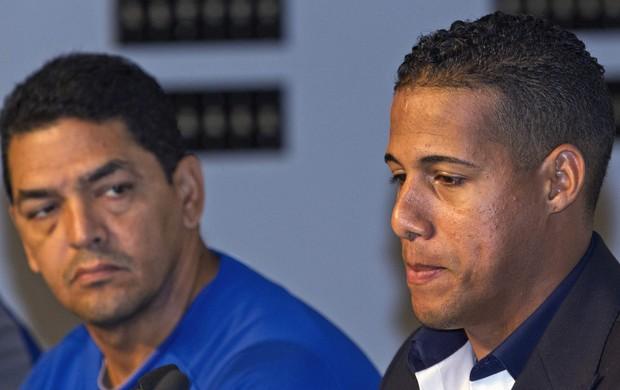 Ao lado do técnico Luis Rivera, Escobar se desculpa por manifestação homofóbica (Foto: Reuters)