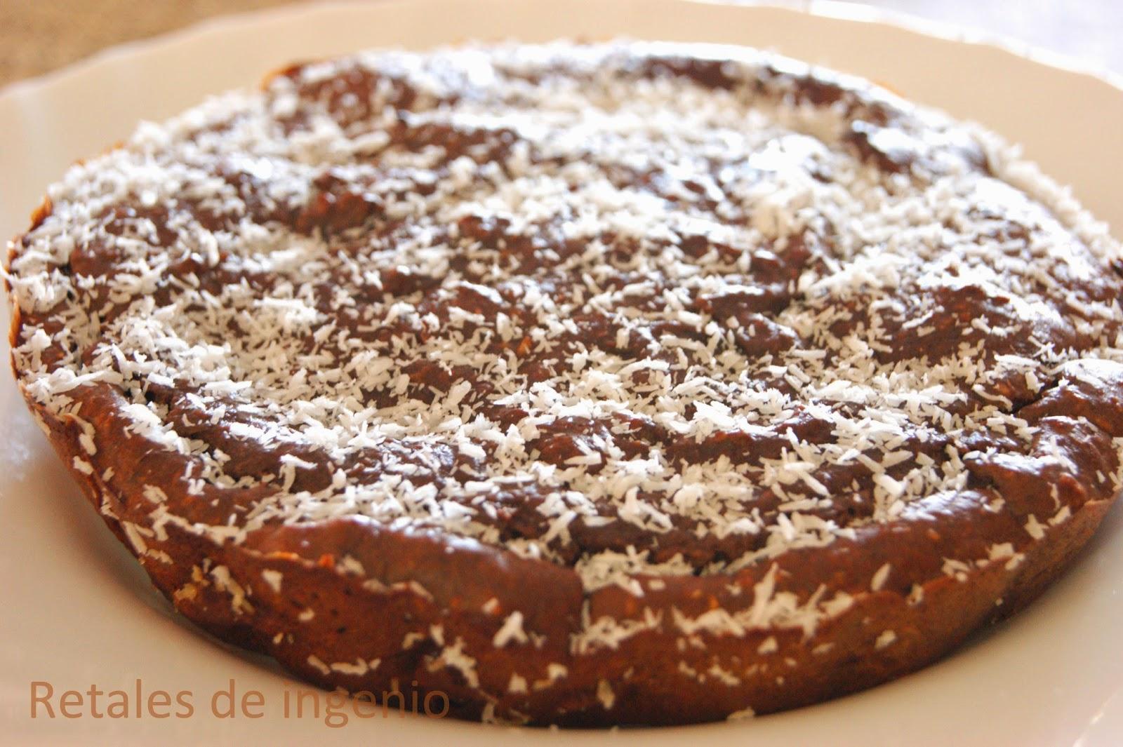 Pastel de aguacate, coco y chocolate