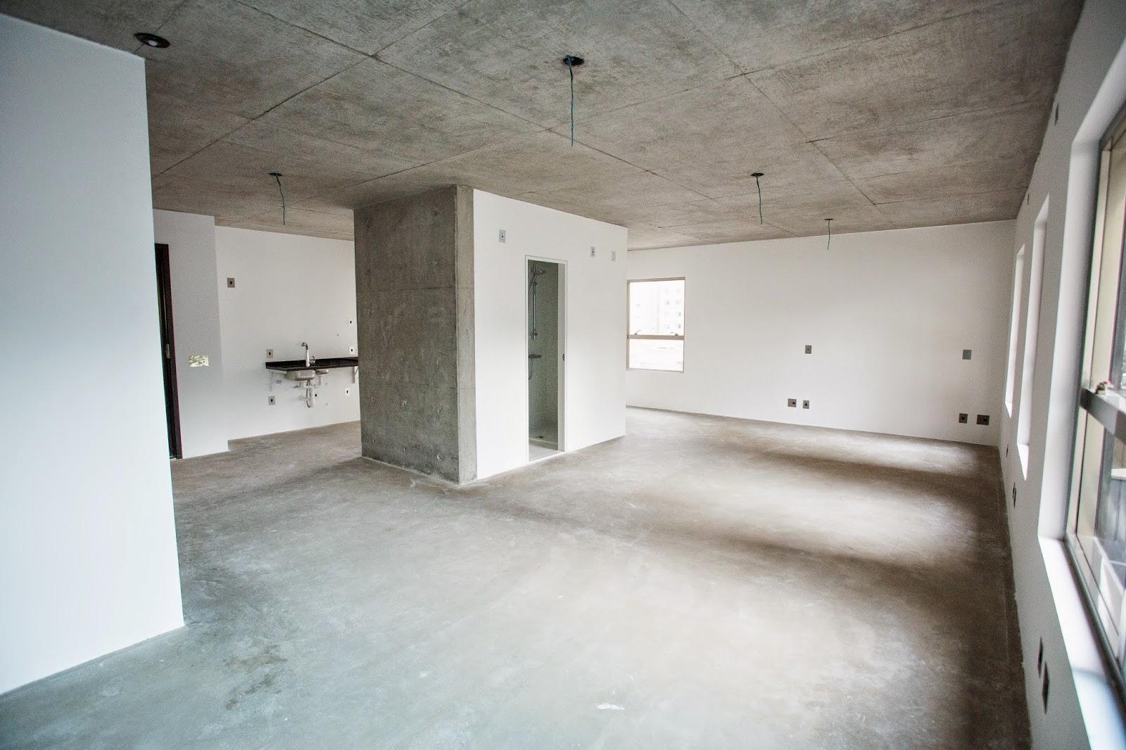 com piso de cimento queimado e banheiro com padrão de acabamento #595146 1600x1066 Banheiro Com Parede De Cimento Queimado