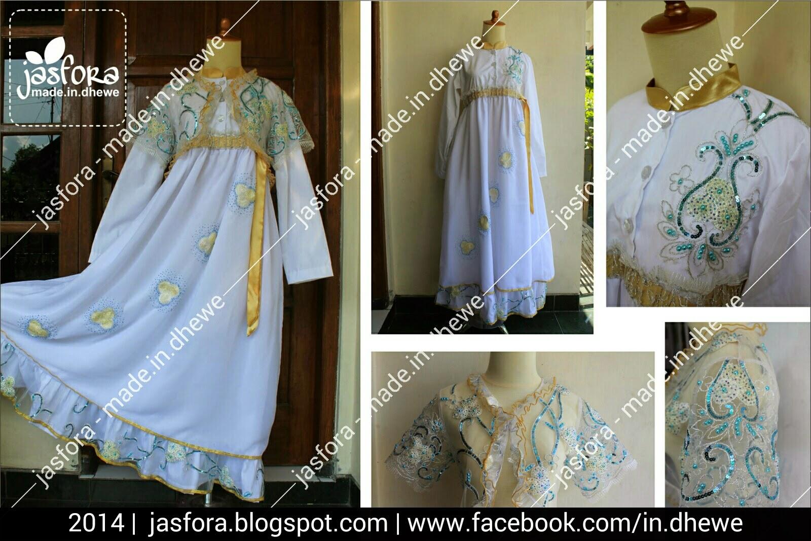 gaun pengantin muslimah katun poplin putih bersih kombinasi sifon ceruti putih bersih dengan bolero dari tile motif warna dasar putih tulang, payet jepang warna biru random, dan list pinggir dengan pita emas