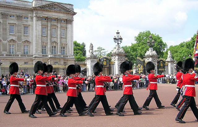 Changing of the guard in Buckingham Palace - London, UK | Travel London Guide