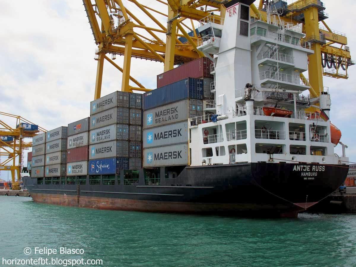 Cargador de contenedores en el puerto de Barcelona