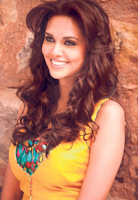 Model Esha Terpaksa Bogel Di Khalayak Ramai