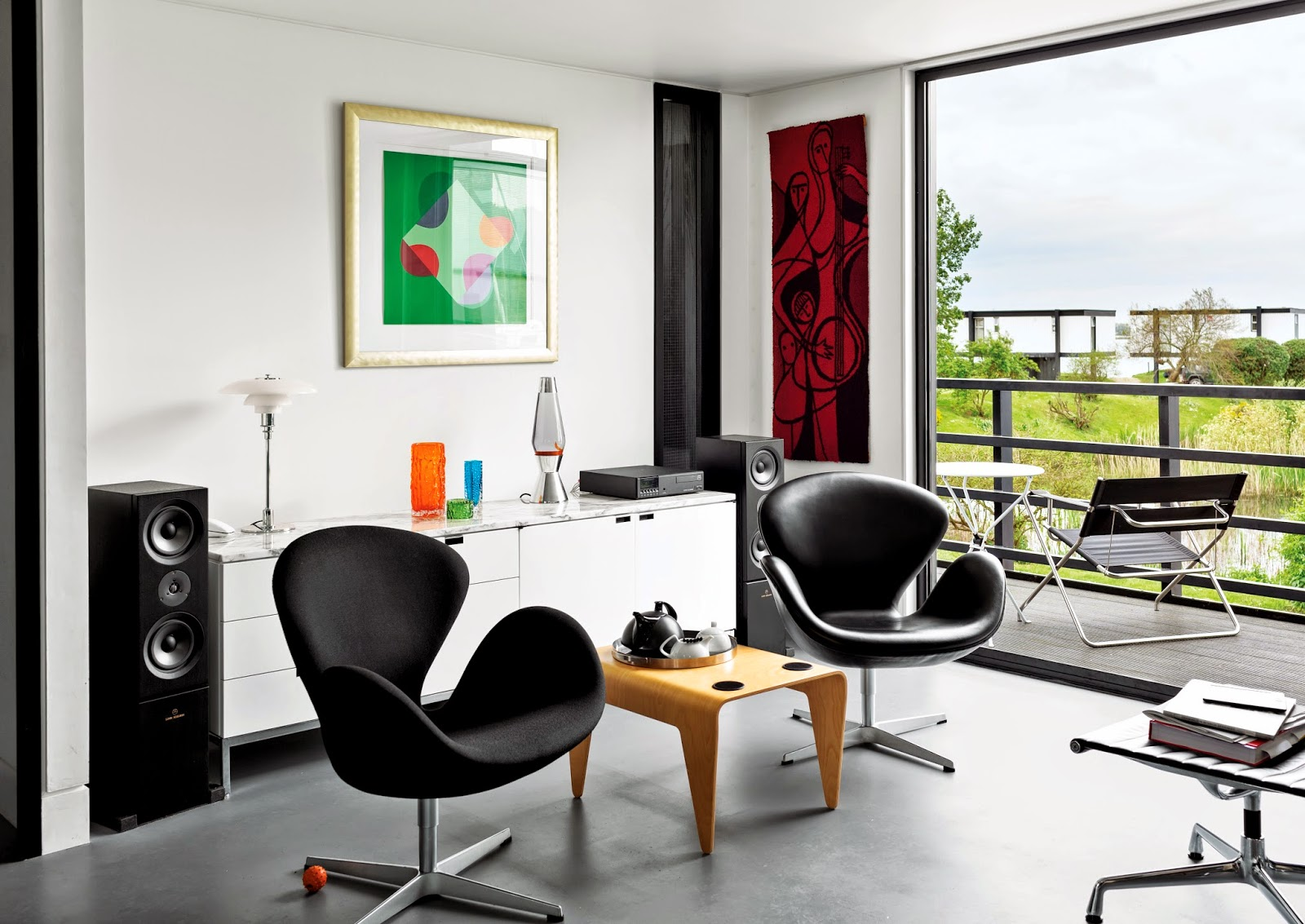 Swan Chair Sessel trifft auf Florence Knoll Sideboard – erlesene Designklassiker