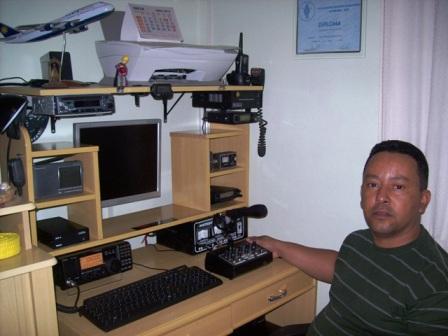 PU2KQJ ALEXANDRE em sua estação com o IC-718
