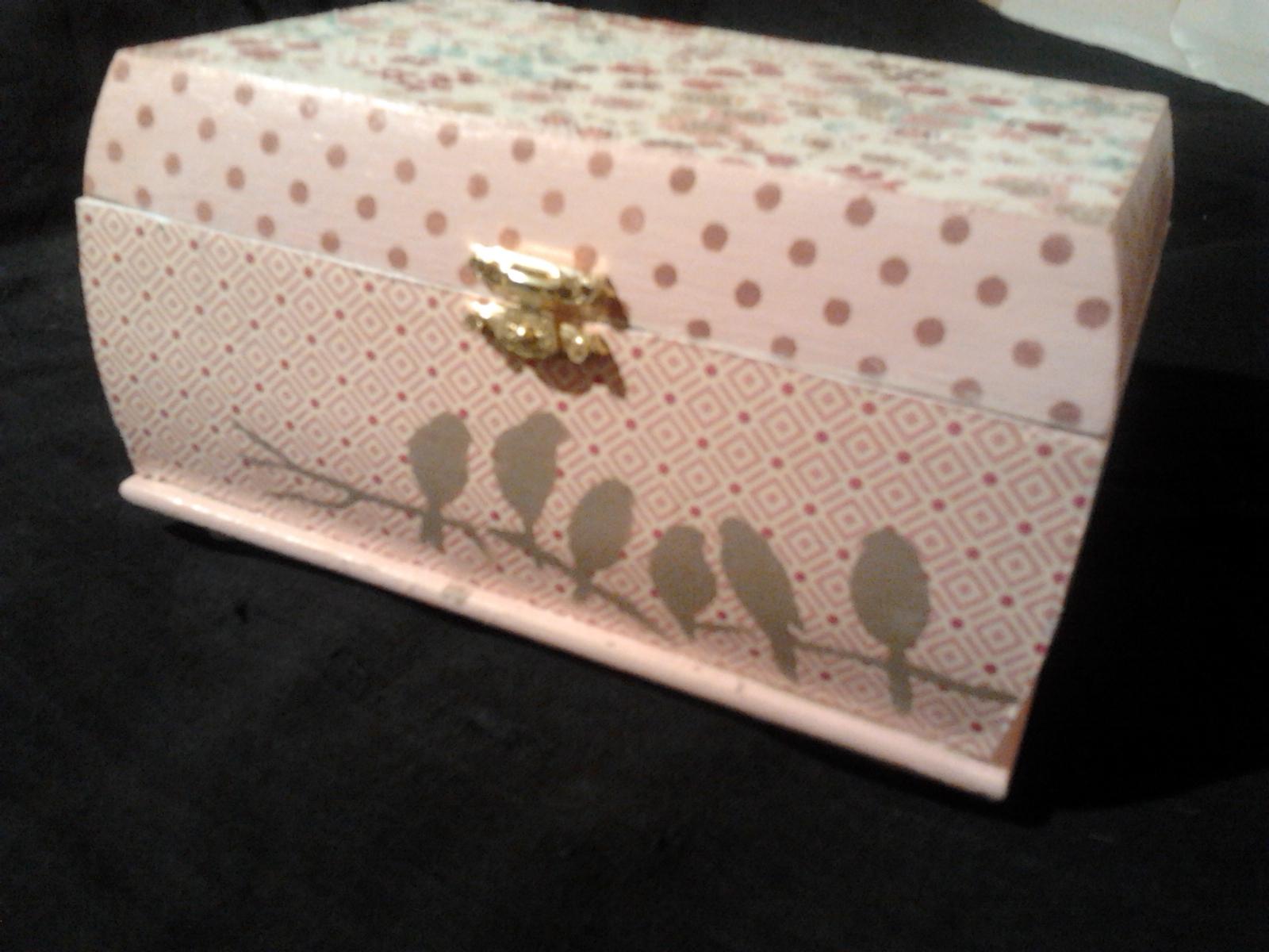 caja de madera decorada con papel scrap y stencils