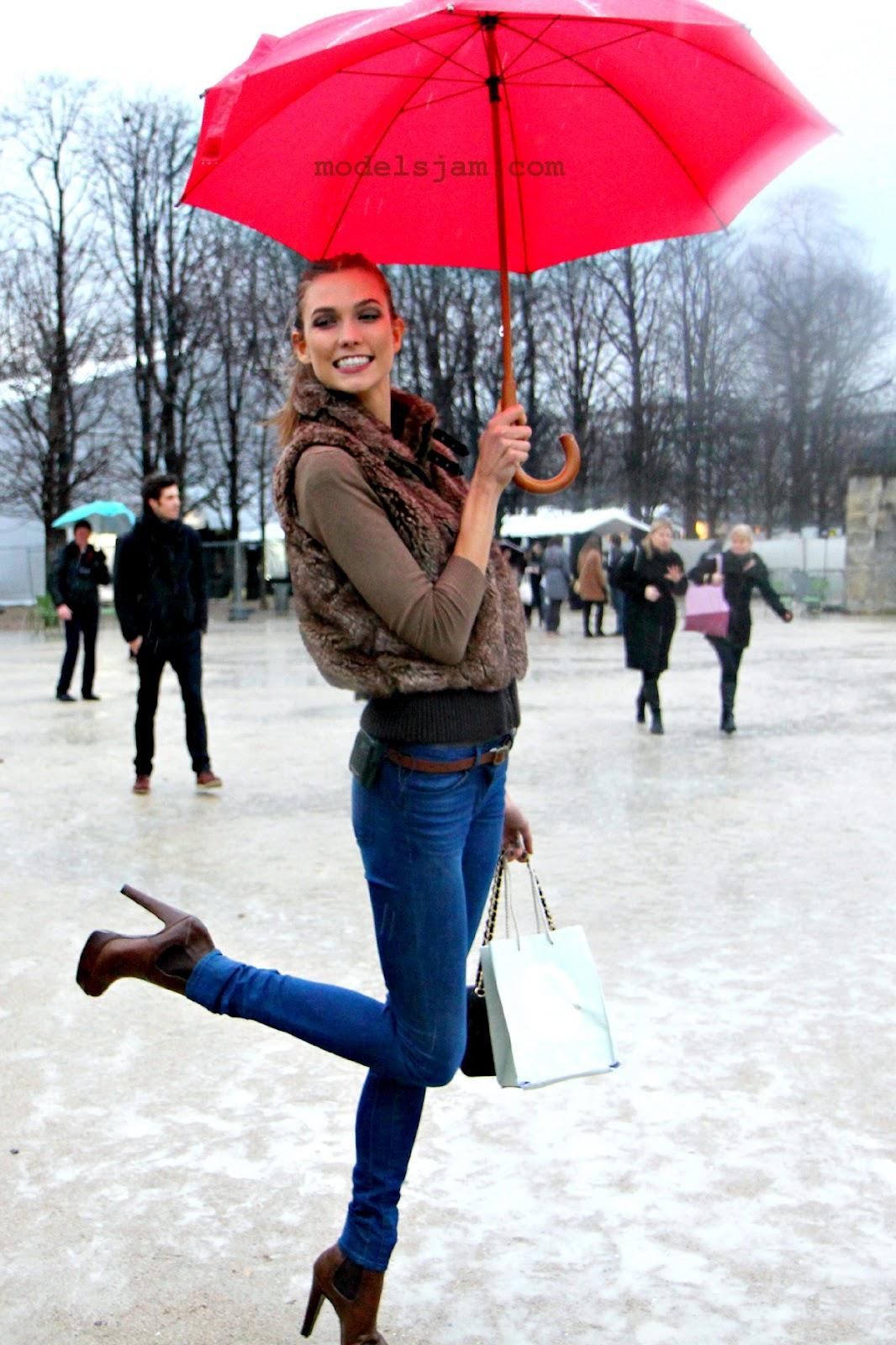 http://1.bp.blogspot.com/-N6e1ZoeQ5Tw/T1e6I2z8NvI/AAAAAAAAA5w/LXNWtIpMadQ/s1600/karlie+ombrello.jpg