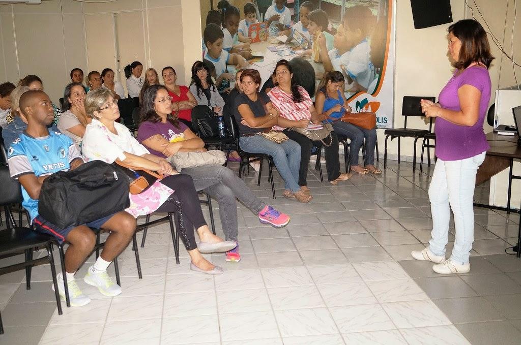 A professora Valéria Barros fala aos tutores do Programa Mais Educação