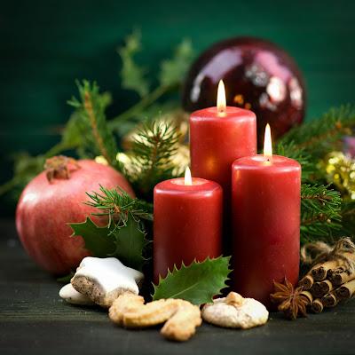 Velas encendidas rojas y adornos navideños en postal para Navidad