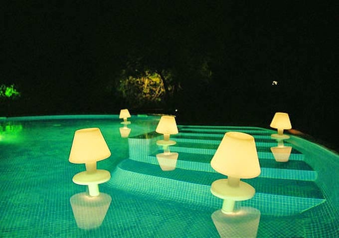 ideas decoración exteriores, piscinas originales, luces led baratas, decorar piscinas con leds