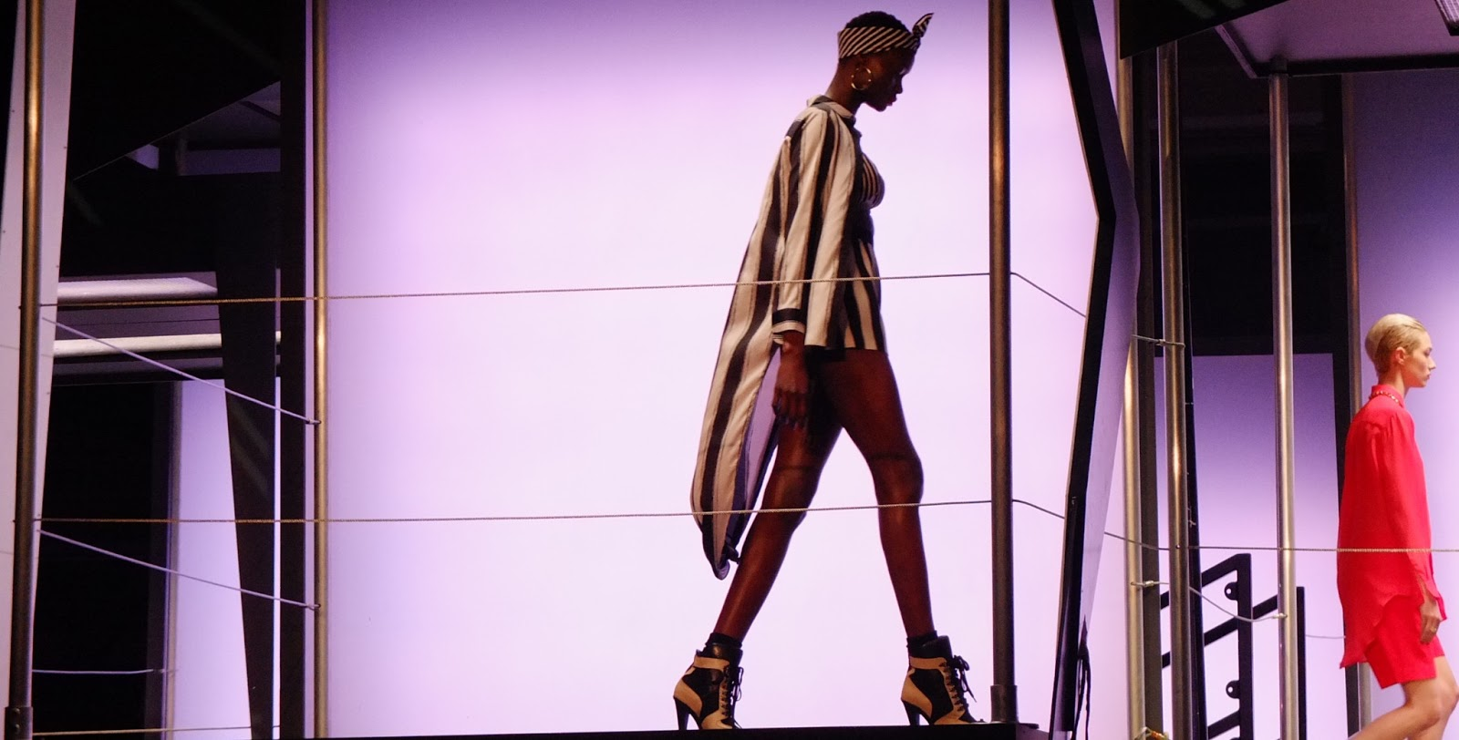 http://1.bp.blogspot.com/-N7E-ZAScBVg/USilTiG2zwI/AAAAAAAAAXo/JbqOvxRYw3U/s1600/Rihanna-river-island-fashion-show5.jpg