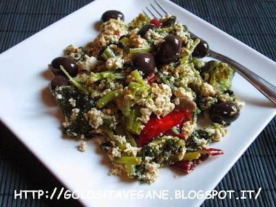aglio, cime di rapa, curcuma, lievito alimentare in scaglie, olive, paprika, piccante, ricette vegan, Secondi, strapazzate, tofu,