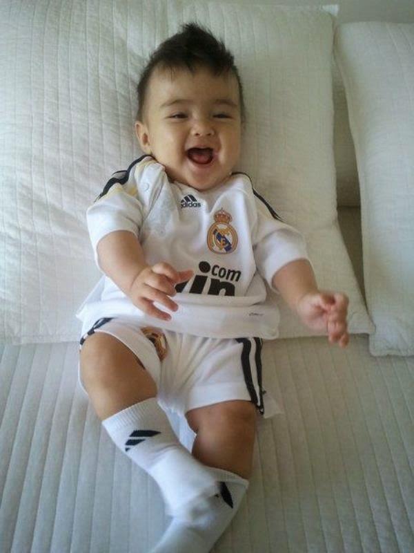 Foto bayi lucu menggemaskan pakai kostum real madrid
