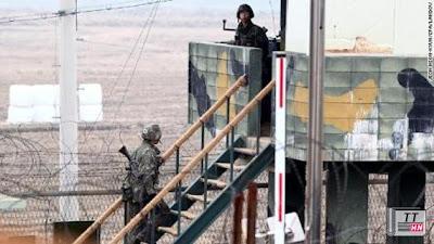 Binh lính Hàn Quốc ở khu vực biên giới đang theo dõi chặt chẽ nhất cử nhất động bên phía nước láng giềng Triều Tiên.
