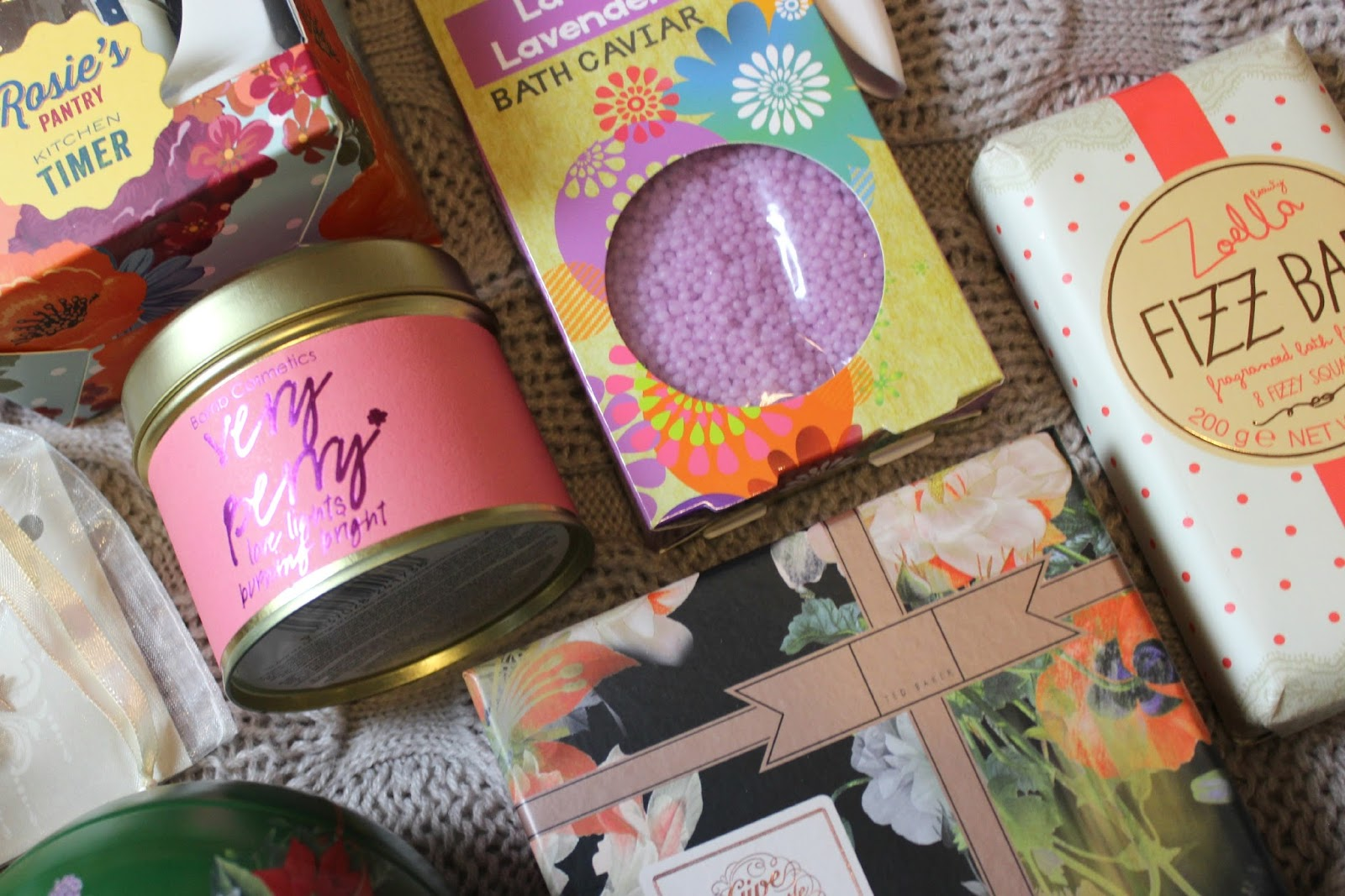 A picture of the Bomb Cosmetics Very Berry Scented Candle Tin
