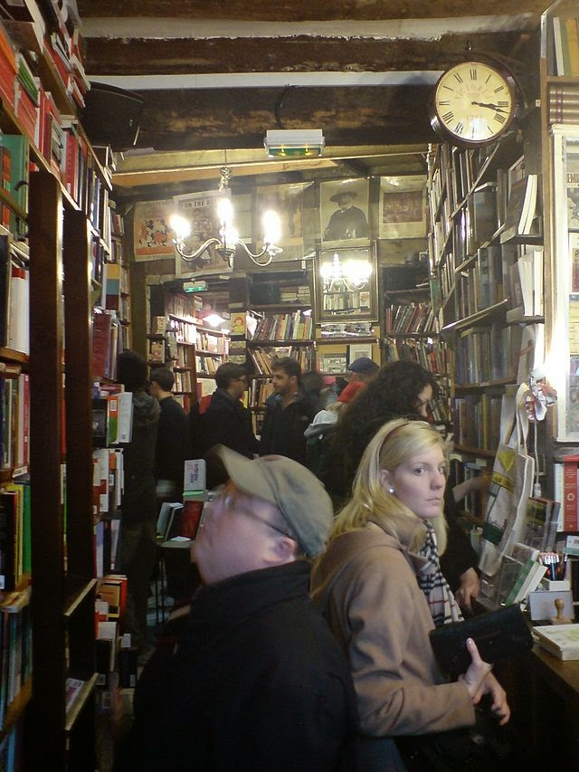 """<p><a href=""""http://commons.wikimedia.org/wiki/File:Bookshop_%27Shakespeare%27,_Centre_Paris_II.jpg#mediaviewer/File:Bookshop_%27Shakespeare%27,_Centre_Paris_II.jpg""""><img src=""""http://upload.wikimedia.org/wikipedia/commons/1/1e/Bookshop_%27Shakespeare%27%2C_Centre_Paris_II.jpg"""" alt=""""Bookshop 'Shakespeare', Centre Paris II.jpg"""" height=""""480"""" width=""""360""""></a><br>""""<a href=""""http://commons.wikimedia.org/wiki/File:Bookshop_%27Shakespeare%27,_Centre_Paris_II.jpg#mediaviewer/File:Bookshop_%27Shakespeare%27,_Centre_Paris_II.jpg"""">Bookshop 'Shakespeare', Centre Paris II</a>"""" di Uploader. - <span class=""""int-own-work"""">Opera propria</span> (Own picture).. Con licenza Public domain tramite <a href=""""//commons.wikimedia.org/wiki/"""">Wikimedia Commons</a>.</p>"""