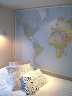 Parede de quarto com uma mapa mundi.